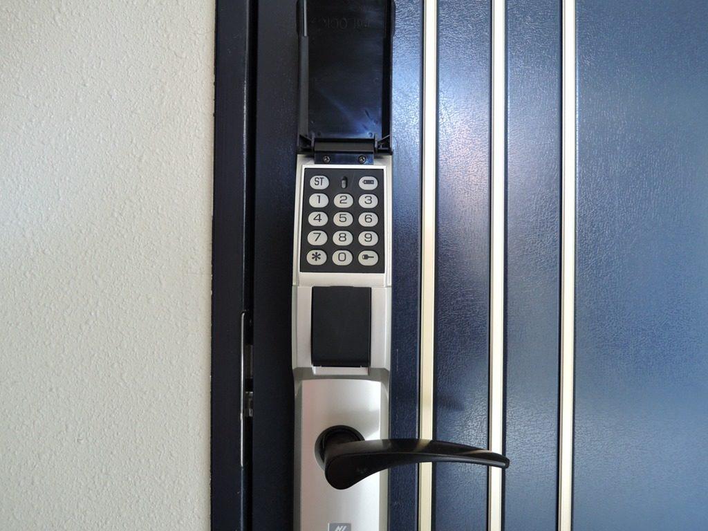 番号式玄関ドア