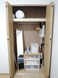 寝室クローゼット(掃除機・アイロン・リネン予備・ハンガー)