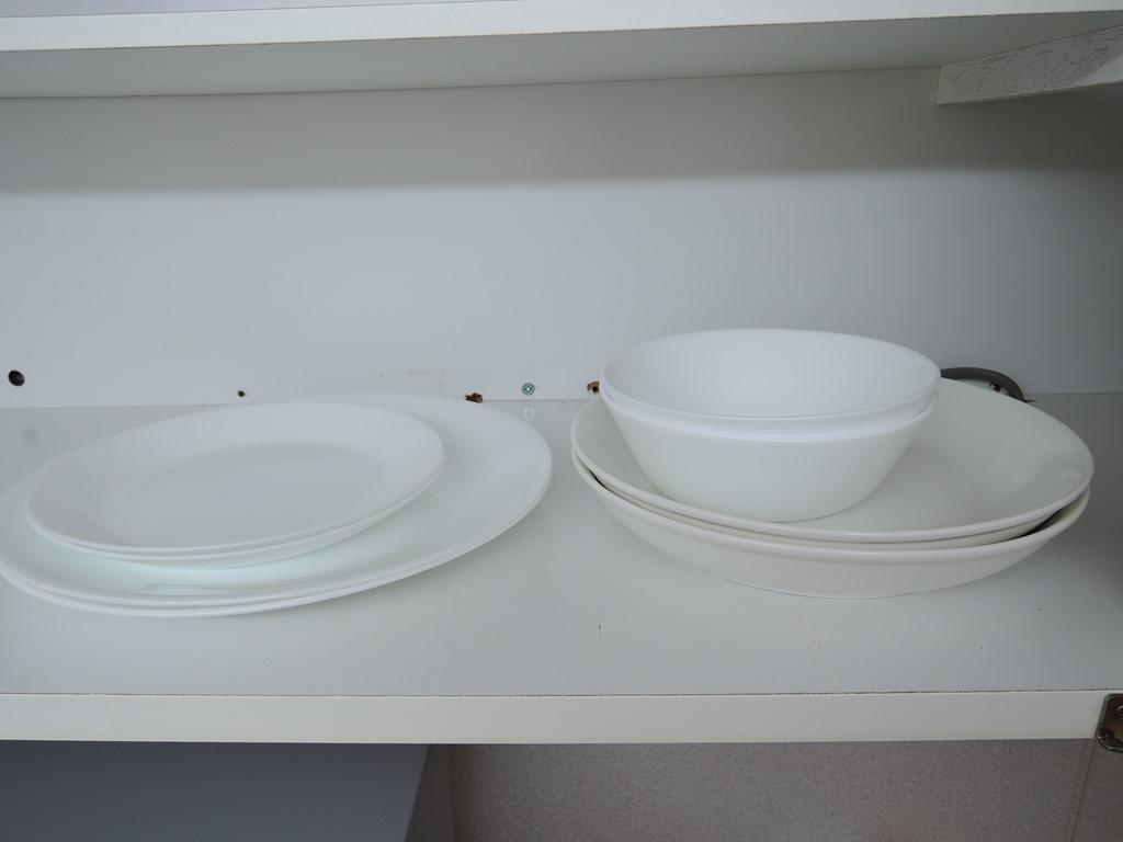 お皿や調理器具も揃っています。