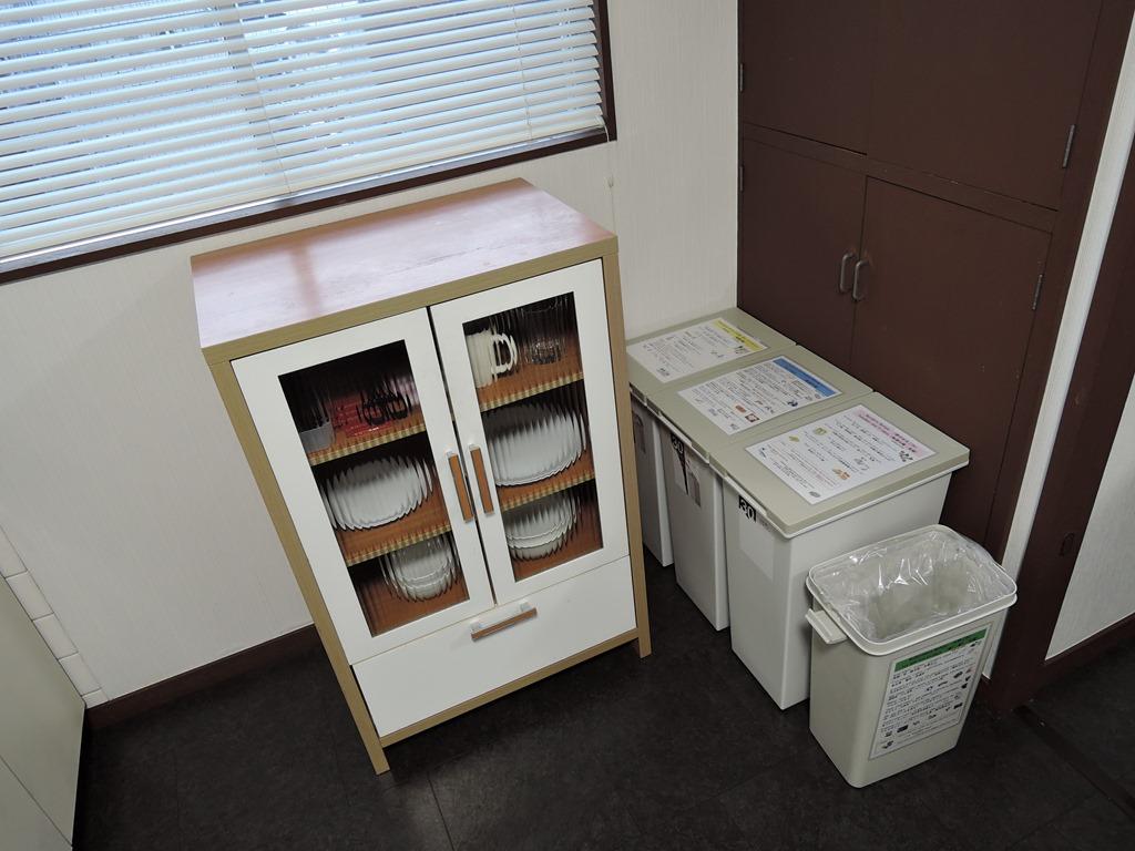 食器棚・ゴミ箱