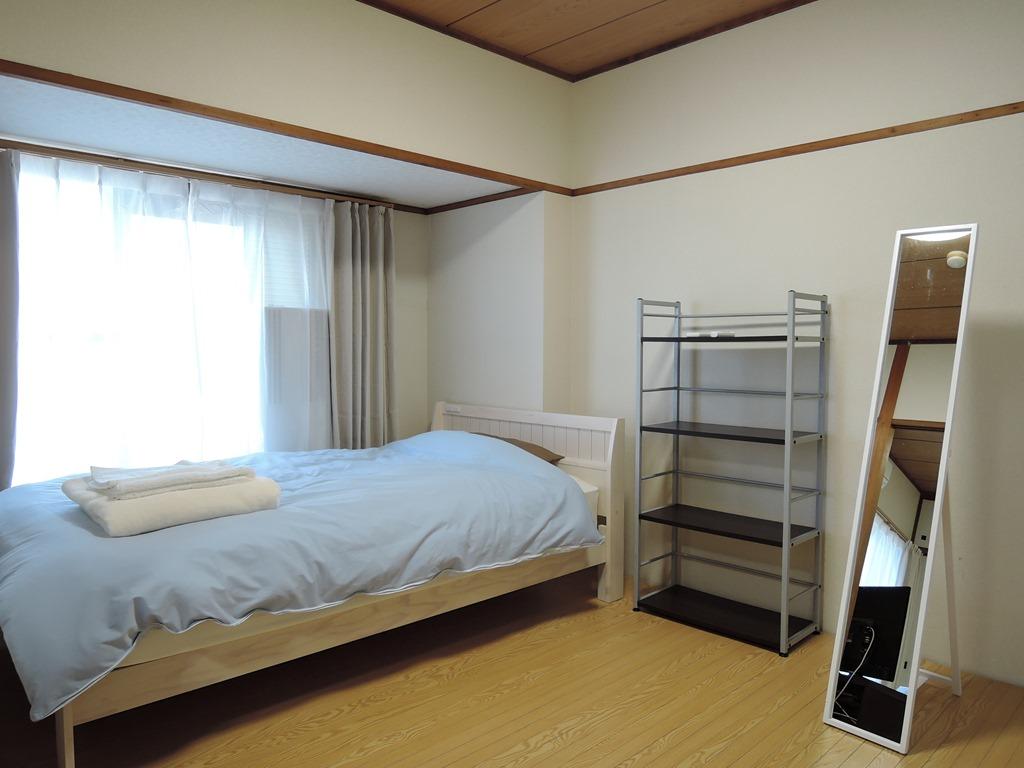 寝室(写真はベッド1台ですが、現在は、セミダブルベッドとシングルベッドの2台あります)